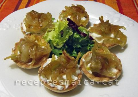Tartaletes de formatge fresc i ceba caramel·litzada-BR